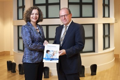 Jan Smits overhandigt minister witboek